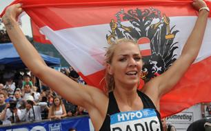 Sportlerin mit Ö-Fahne