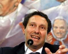 Paolo Gabrieles Anwalt, Carlo Fusco, vor einem bemalten Hintegrund. - gabriele_fact.5080485