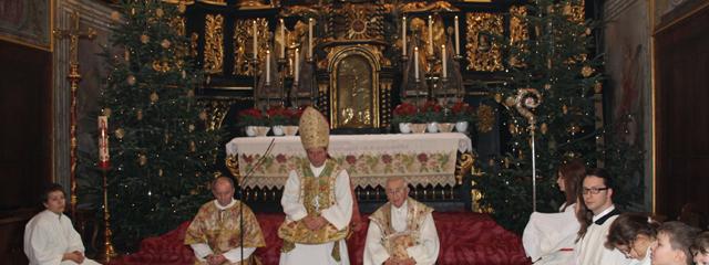 Abt, Patres und Ministranten zu Weihnachten vor dem Hochaltar