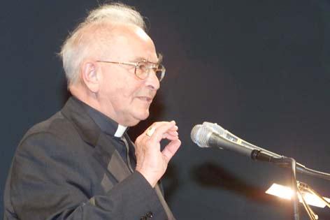 Altbischof Reinhold Stecher bei einer Rede 2002