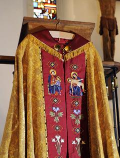 Eine reich bestickte Robe Benedikts XVI.