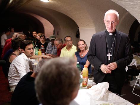 Weihbischof Scharl beim solidarischen Fastenbrechen im Servitenkloster