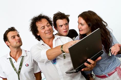 Rainer Schönfelder zeigt Gabi Hiller, Philipp Hansa und Sigi Fink etwas auf Laptop