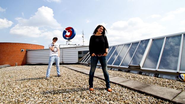 Philipp Hansa und Gabi Hiller stehen auf Dach