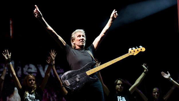 Roger Waters auf der Bühne mit E-Gitarre