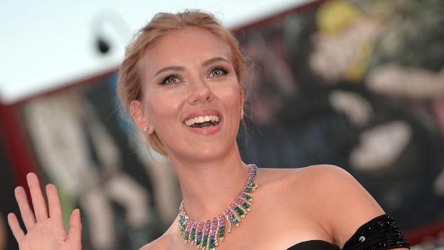Scarlett Johansson lacht und winkt