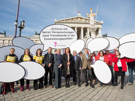 """NGO-Vertreter am Dienstag, 15. Oktober 2013, Kampagne """"Mir wurscht..?"""" vor dem Parlament in Wien"""