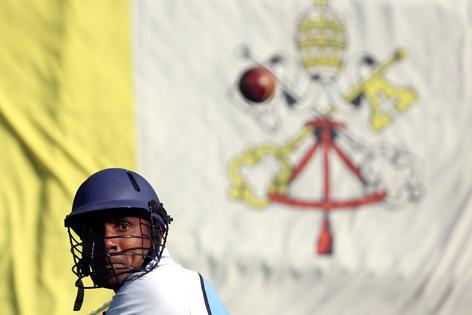 Kricketspieler vor Vatikan-Flagge