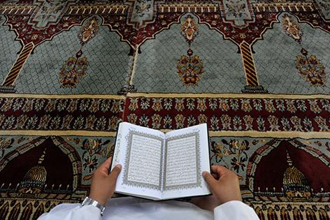 Koran vor Teppich in Moschee