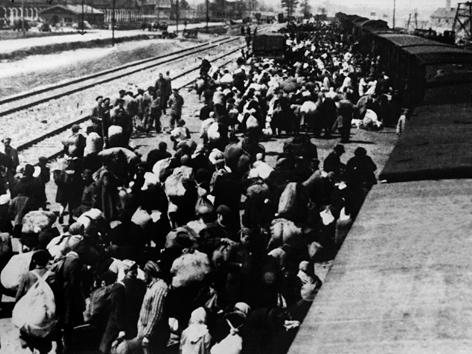 Häftlingstransport aus Ungarn trifft im Frühjahr 1945 im Lager Auschwitz ein