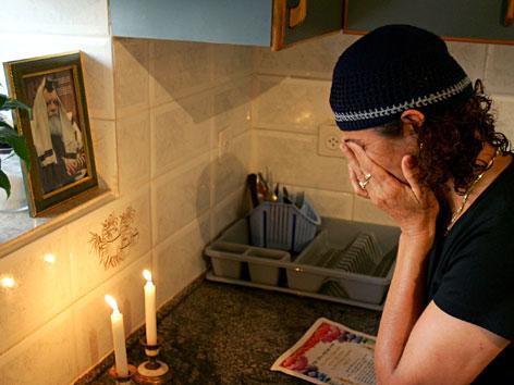 Eine orthodoxe Jüdin vor den Schabbatkerzen