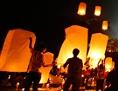 Laternen bei einem buddhistischen Tempel zum Vesakh-Fest