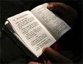 Eine Person liest in einem Buch