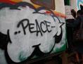 Pendlerzug mit einem Peace-Graffito