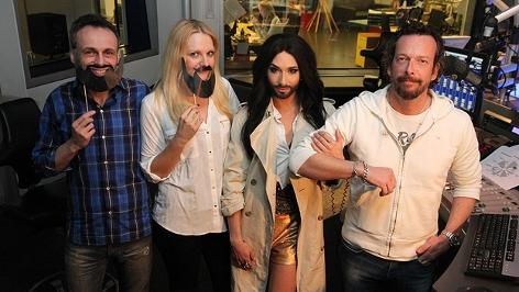 Conchita Wurst mit Robert Kratky und dem Weckterteam.