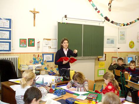 Schulklasse mit Kruzifix