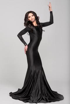 Conchita Wurst in einem langen Abendkleid