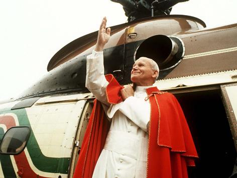 Johannes Paul II. steigt im Juni 1984 aus einem Hubschrauber