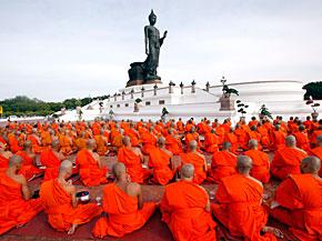 Buddhistische Mönche beten in Bangkok.