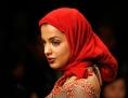 Frau trägt rotes Kopftuch