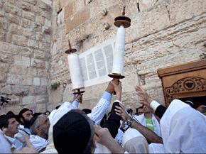 Jüdische Gläubige mit einer Thorarolle zu Pessach an der Klagemauer in Jerusalem