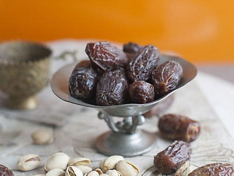 Datteln in einer Schale auf einem Tisch. Sie werden traditionell zum Fastenbrechen im Ramadan gegessen