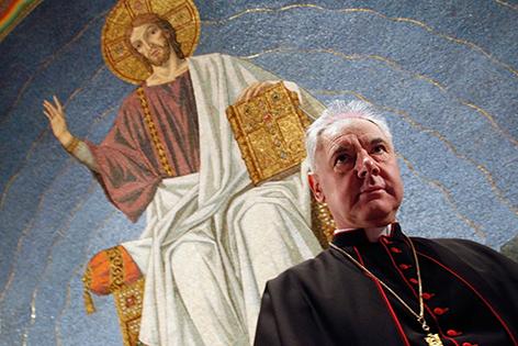 Kardinal Gerhard Ludwig Müller vor einem Jesus-Mosaik