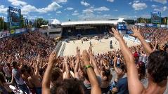 Jubelnde Zuseher während der Beachvolleyball EM 2013 im Strandbad Klagenfurt