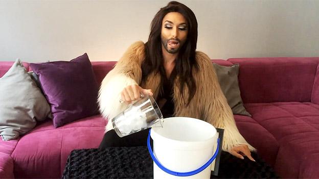 Conchita Wurst mischt Eiswasser