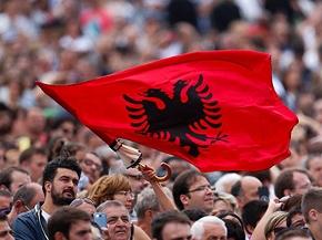 Gläubige auf dem Petersplatz schwenken eine albanische Fahne