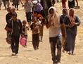 Flüchtlinge mit Schafen in der Wüste