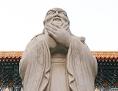 Konfuzius-Statue vor einem Tempel