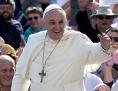 Der Papst winkt bei der Generalaudienz aus dem Papamobil