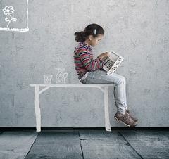 Ein Mädchen sitzt auf einem gezeichneten Schreibtisch