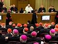 Kardinäle und Bischöfe in der Synodenaula