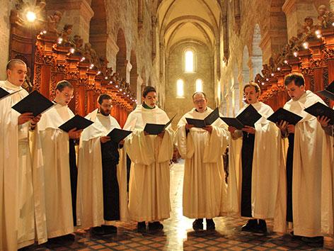 Heiligenkreuzer Zisterziensermönche im Halbkreis beim Singen eines Chorals
