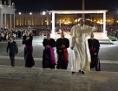 Papst Franziskus winkt auf dem Weg zum Gottesdienst