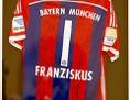 """FC-Bayern-Trikot mit der Aufschrift """"Franziskus"""""""