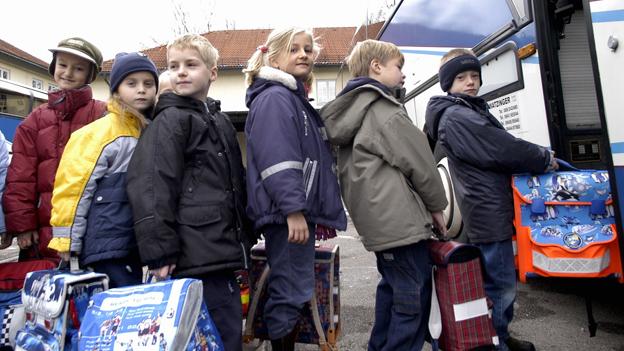 Schüler steigen in einen Bus