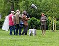 Käthe Sasso bei dem Grab einer ihrer ermordeten Freundinnen. Mit Kameraleuten.