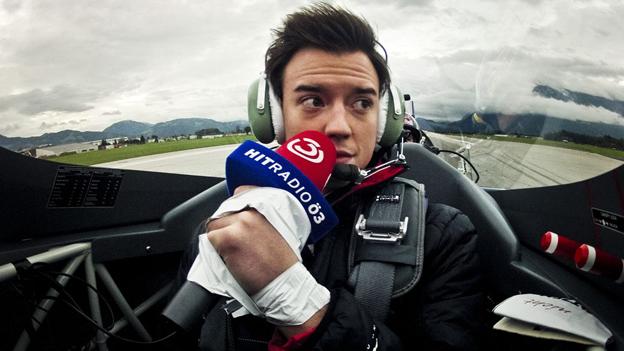 Philipp Hansa in einem Renn-Flugzeug