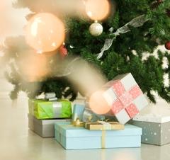 Geschenke vor einem Weihnachtsbaum