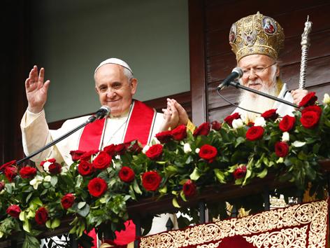 Ppast Franziskus und  Patriarch Bartholomaios I. sprechen zu den Gläubigen