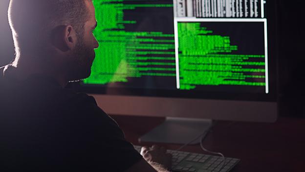 Mann vor einem Rechner