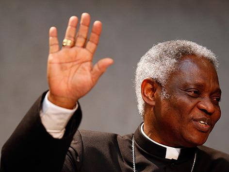 Kardinal Turkson hält seine Hand hoch