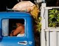 Mann mit Bananen-Transporter in Havanna, Kuba