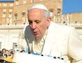 Papst Franziskus bläst die Kerzen auf seiner Geburtstagtorte aus