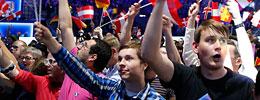Fans schwingen Fahnen beim Song Contest