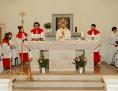 Altarraum mit Priester und Ministranten