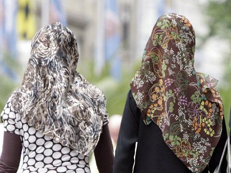 Rückenansicht einer Frau mit Kopftuch